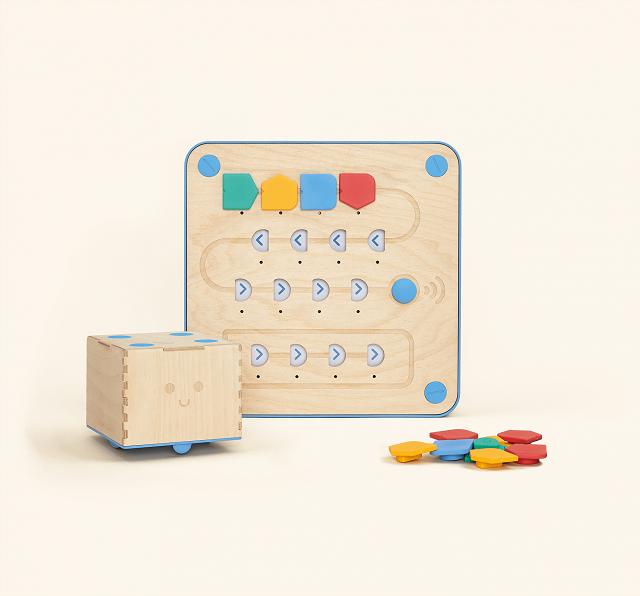 Cubetto, le panneau de commande et les blocs pour le programmer